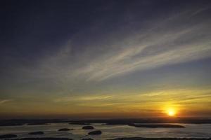 Sonnenaufgang über Stachelschweininseln in Maine foto