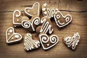 Weihnachten hausgemachte Lebkuchenplätzchen über Holztisch