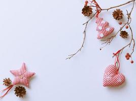 Weihnachtsdekorationen hängen lokal auf weißem Hintergrund foto