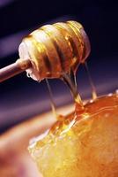 roher Honig und Schöpflöffel