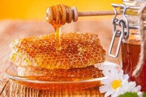 frischer Honig mit Schöpflöffel foto