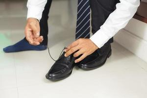 Mann, der Schuhe bindet