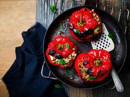 Paprika gefüllt mit Lamm und Perlgerste foto