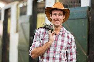 Cowboy, der die Zügel eines Pferdes trägt foto