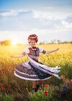 tanzende Frau im Sonnenuntergang foto