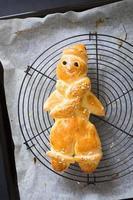 hausgemachtes traditionelles deutsches menschenförmiges brot auf kühlregal foto