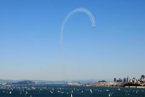 Militärflugzeuge machen eine Schleife über der Bucht von San Francisco