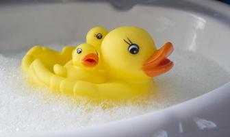 Familie von Gummienten im Bad mit Schaumbad foto