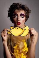 männlicher vorbildlicher Mann, der wie Frau gekleidete seltsame Ente aussieht foto