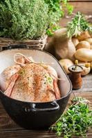 Huhn mit Gewürzen und Gemüse im Auflauf foto