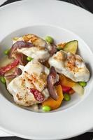 Fischgericht und Gemüse foto