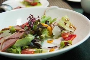 Salat mit Rucola und Entenbrust. foto