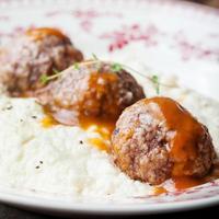 Fleischbällchen, Entenfleisch, mit Apfelsauce und Selleriepüree, Kartoffel foto