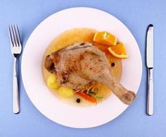 Entenkeule mit geschmortem Kohl, Kartoffeln und Soße foto