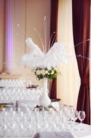 Rosenstrauß mit weißen Pfauenfedern foto