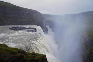 schönes lebendiges Panoramabild mit Blick auf Wasserfall in Island