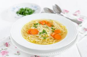 Hühnerbrühe mit Nudeln und Karotten foto