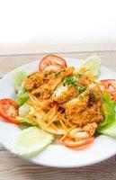 tief gebranntes Huhn mit Salat