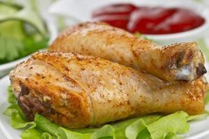 gebratene Hähnchenschenkel mit Gurkensalat und Sauce