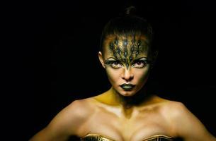 Mädchen mit ungewöhnlichem Make-up-Krokodil foto