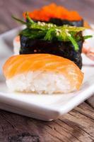 frisches Sushi auf hölzernem Hintergrund foto