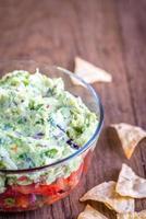 Schüssel Guacamole mit Salsa