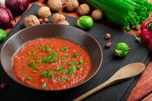 heiße Salsa-Tomate mit Frühlingszwiebeln und rotem Pfeffer foto