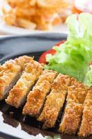 frittierter panierter Schweinefleischreis mit Salat