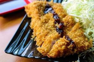 Tonkatsu frittiertes Schweinekotelett mit Kohlscheiben servieren foto