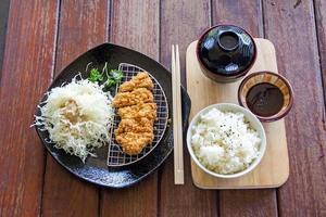 japanisches frittiertes Schweinekotelett oder Tonkatsu, japanisches Essen foto