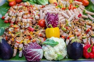 Kebab mit Gemüse und Würstchen