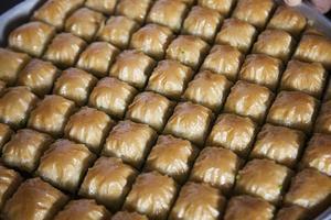 Baklava, türkisches Dessert aus dünnem Gebäck, Nüssen und Honig foto