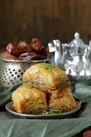 türkisch-arabisches Dessert-Baklava mit Honig und Nüssen foto