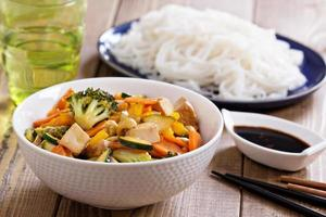 Tofu unter Rühren mit Gemüse anbraten foto