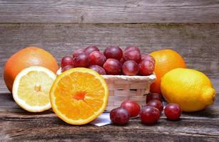 Sortiment von Früchten auf einem hölzernen Hintergrund