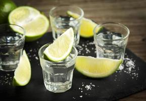 Tequila mit Limette geschossen