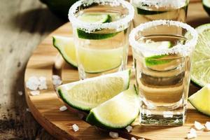 silberner mexikanischer Tequila mit Limette und Salz