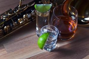Saxophon und Getränke foto