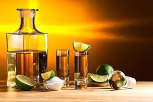 Goldtequila mit Salz und Limette