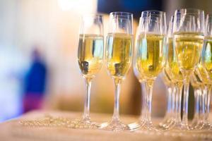 Reihe von verschiedenfarbigen Alkoholcocktails auf einer Open-Air-Party