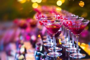 Reihen von mehrfarbigen alkoholischen Cocktails im Freien