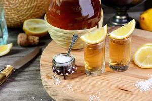 zwei Gläser Tequila mit Zitrone und Salz