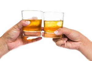 zwei Hände, die Whisky auf dem Felsen mit weißem Hintergrund rösten foto