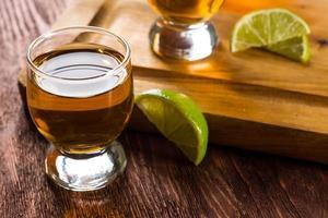 Tequila in Schnapsgläsern mit Limette und Salz
