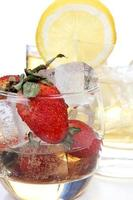 Zitrone und Erdbeeren in Gläsern