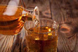 Flasche Whisky und ein Glas foto