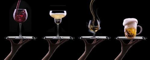 Alkoholgetränke gesetzt isoliert auf einem schwarzen foto
