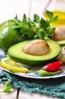 Zutaten für die Herstellung von Guacamole. foto