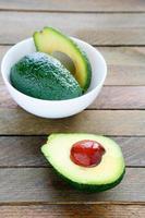 frische Avocado in einer weißen Schüssel foto