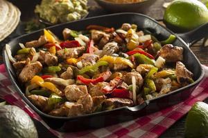 hausgemachte Hühnchen-Fajitas mit Gemüse